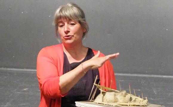 Bühnenbildnerin Karen Kreuselberg erklärt ein Bühnenbild