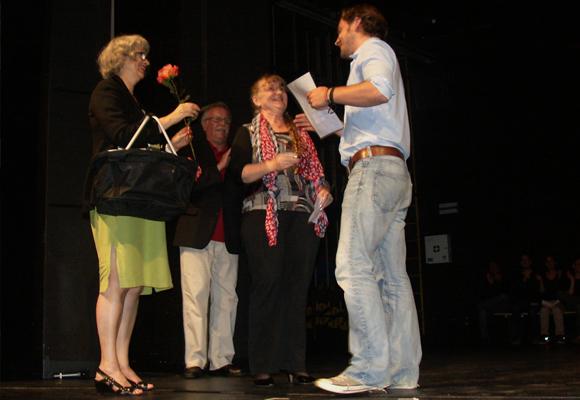 Matthias Zajgier erhält von Monika Wille die Urkunde. Foto: Roland Geltz
