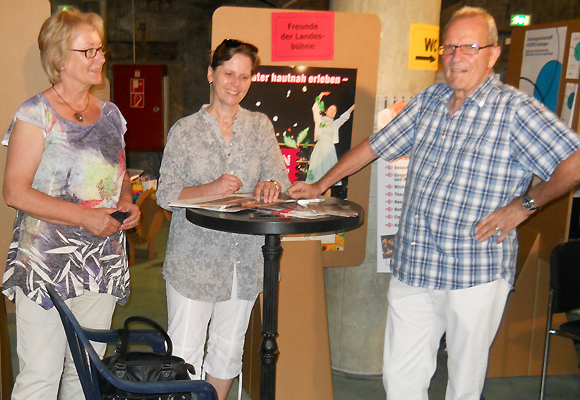 Foto v.L.: Ingrid Vandrée, Gabi Ternes und Lutz Ternes am Infostand des Vereins
