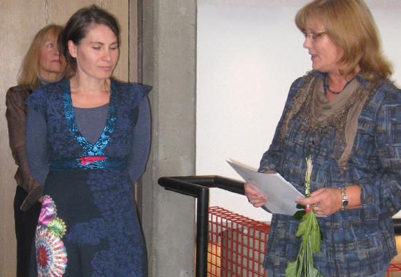 """Angela Richter überreicht der Regisseurin Sandrine Hutinet den Theaterpreis für die Inszenierung von """"Effi Briest"""". Foto: Inge Rieber"""